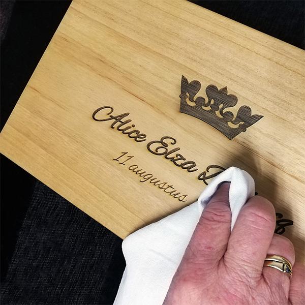 Houtgravure - wijnkist - graveren - PersonalSurprise - behoud houtgravure